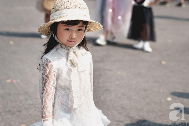 Vietnam International Fashion Week: Mới ngày đầu mà các nhóc tì đã đổ bộ xuống phố với street style chất phát ngất thế này - Ảnh 4.