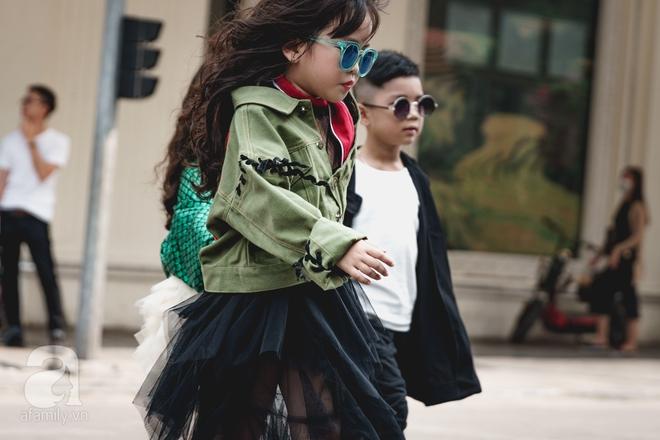 Vietnam International Fashion Week: Mới ngày đầu mà các nhóc tì đã đổ bộ xuống phố với street style chất phát ngất thế này - Ảnh 12.