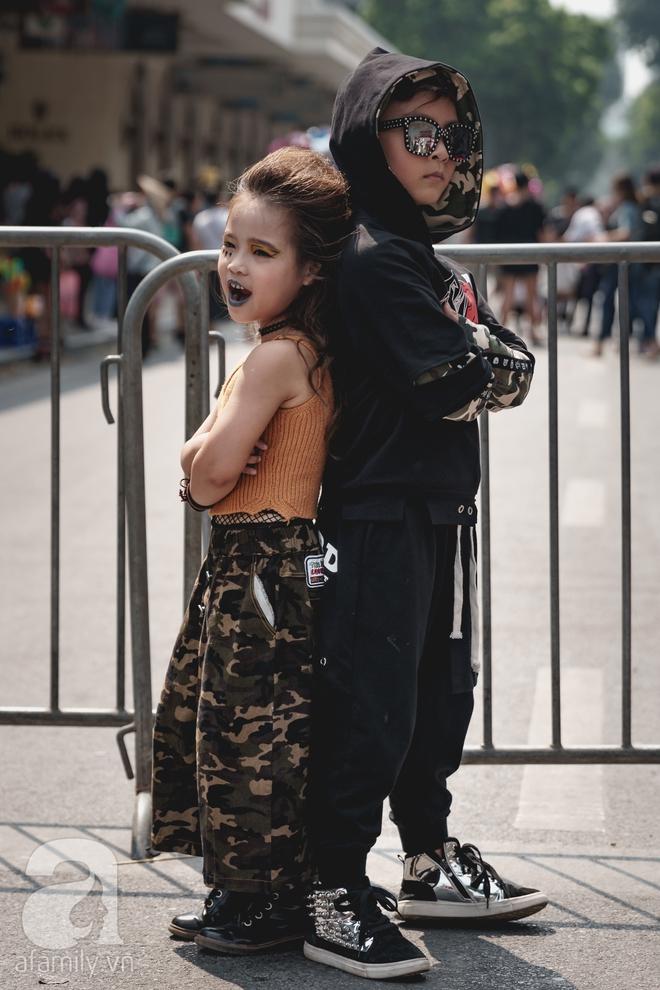 Vietnam International Fashion Week: Mới ngày đầu mà các nhóc tì đã đổ bộ xuống phố với street style chất phát ngất thế này - Ảnh 14.