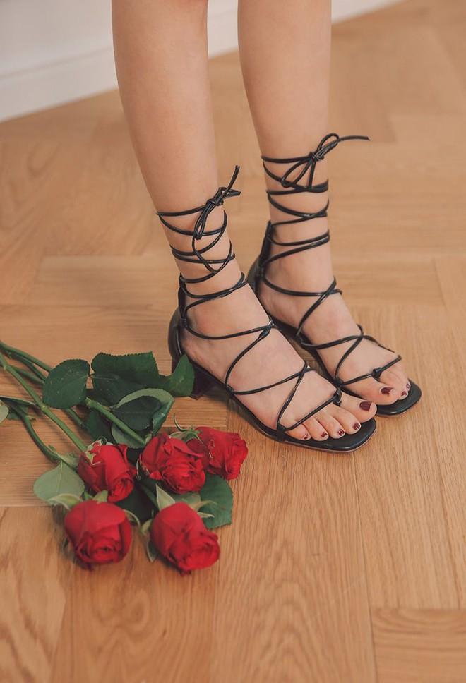 Sau đan dây, xu hướng sandals đang chuyển hướng sang kiểu thắt nút lạ đời - Ảnh 7.