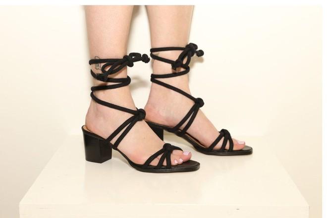 Sau đan dây, xu hướng sandals đang chuyển hướng sang kiểu thắt nút lạ đời - Ảnh 9.