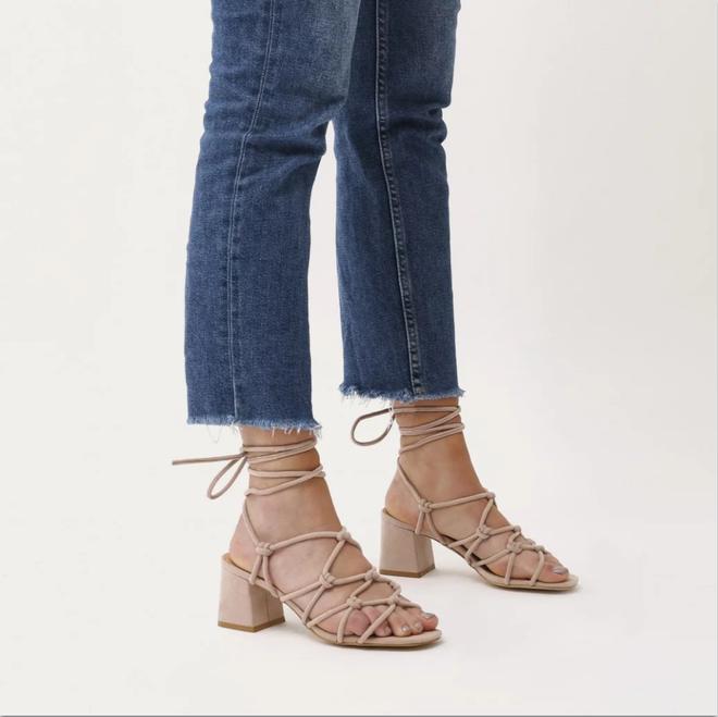Sau đan dây, xu hướng sandals đang chuyển hướng sang kiểu thắt nút lạ đời - Ảnh 10.
