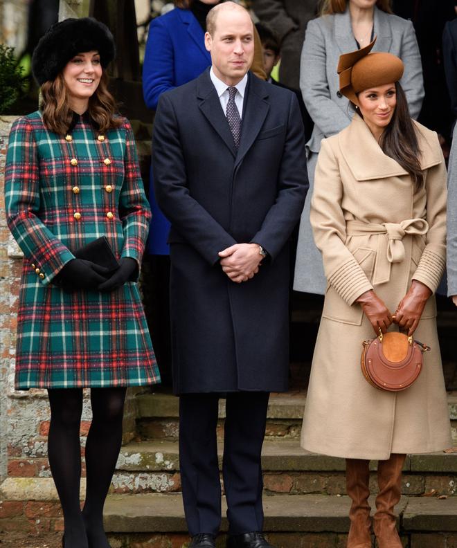 Cùng xuất hiện tại sự kiện, áo khoác mà Kate Middleton và tân Công nương mặc lại nhanh chóng được người ta tìm mua đến cháy hàng - Ảnh 1.
