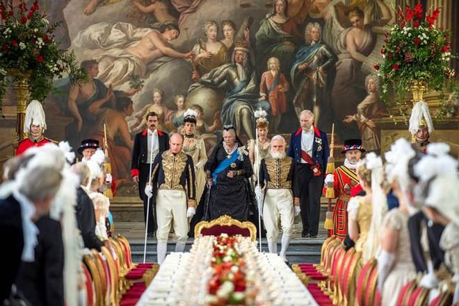 Câu chuyện lịch sử ít ai biết về tình bạn thâm giao kỳ lạ của Nữ hoàng Anh trong Nữ hoàng và Tri kỷ - Ảnh 3.