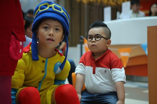 Cậu bé bút chì Ku Tin cười tít mắt đáng yêu bên thiên thần nhí Bảo An - Ảnh 1.