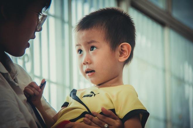 Bé trai nghi bị bỏ rơi trước cổng bệnh viện Từ Dũ đã được mẹ ruột đón về - Ảnh 3.