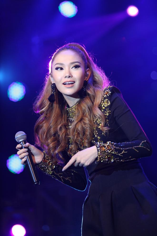 Minh Hằng thẹn thùng khi Trịnh Thăng Bình bất ngờ khóa môi trên sân khấu - Ảnh 2.