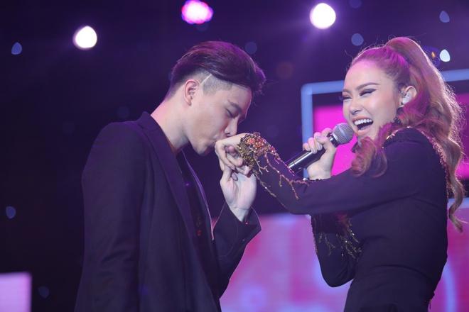 Minh Hằng thẹn thùng khi Trịnh Thăng Bình bất ngờ khóa môi trên sân khấu - Ảnh 3.