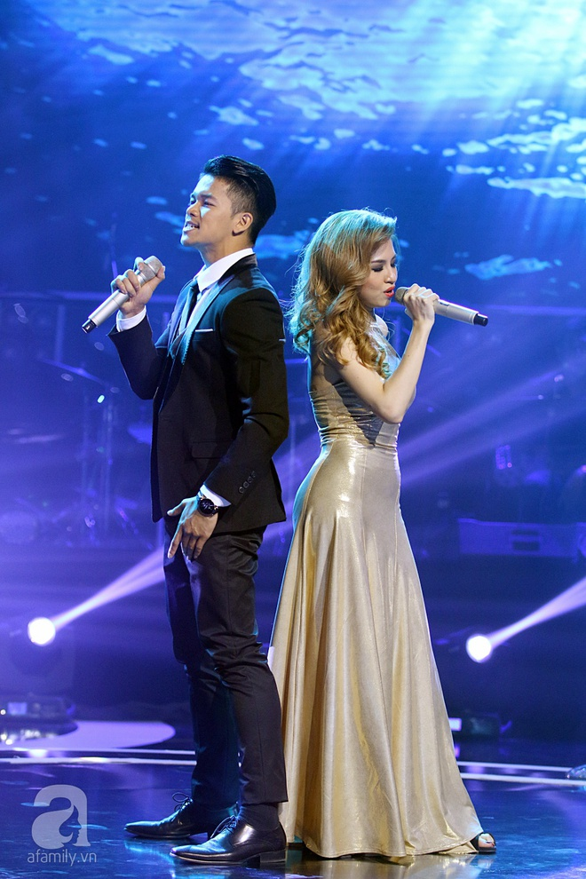 Trọng Hiếu gây sốc cho Hồ Quỳnh Hương khi hôn cô gái xinh đẹp ngay trên sân khấu