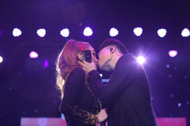 Minh Hằng thẹn thùng khi Trịnh Thăng Bình bất ngờ khóa môi trên sân khấu - Ảnh 5.