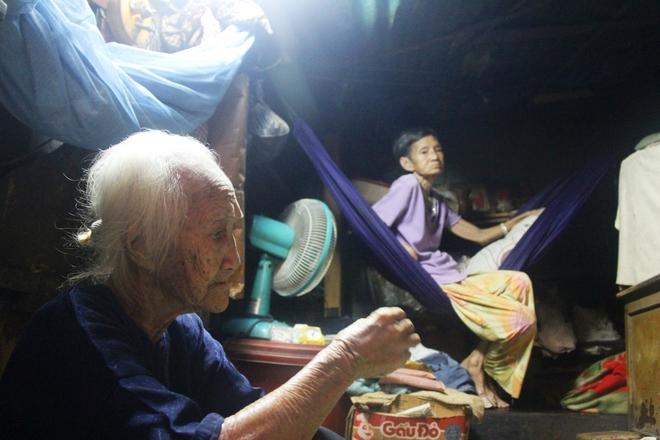 Rơi nước mắt chuyện người mẹ già 91 tuổi có 6 đứa con, cuối đời phải lượm ve chai nuôi con tâm thần 1