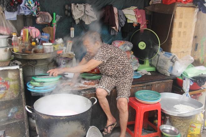 Không nhà cửa, mẹ già gần 100 tuổi tối ngủ ngoài vỉa hè, sáng làm bánh tằm bán kiếm tiền nuôi hai con bệnh tật - Ảnh 2.