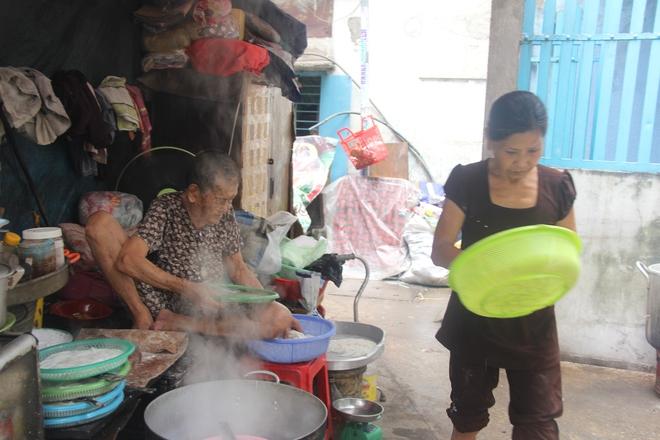 Không nhà cửa, mẹ già gần 100 tuổi tối ngủ ngoài vỉa hè, sáng làm bánh tằm bán kiếm tiền nuôi hai con bệnh tật - Ảnh 10.