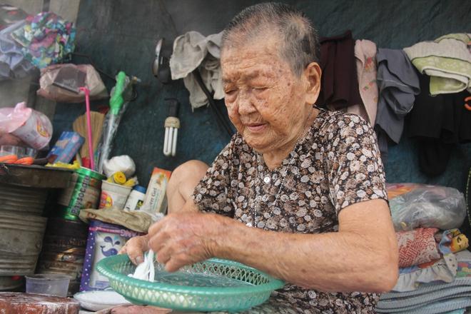Không nhà cửa, mẹ già gần 100 tuổi tối ngủ ngoài vỉa hè, sáng làm bánh tằm bán kiếm tiền nuôi hai con bệnh tật - Ảnh 14.