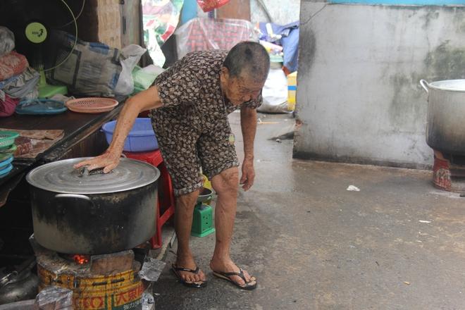 Không nhà cửa, mẹ già gần 100 tuổi tối ngủ ngoài vỉa hè, sáng làm bánh tằm bán kiếm tiền nuôi hai con bệnh tật - Ảnh 15.
