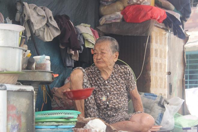 Không nhà cửa, mẹ già gần 100 tuổi tối ngủ ngoài vỉa hè, sáng làm bánh tằm bán kiếm tiền nuôi hai con bệnh tật - Ảnh 3.