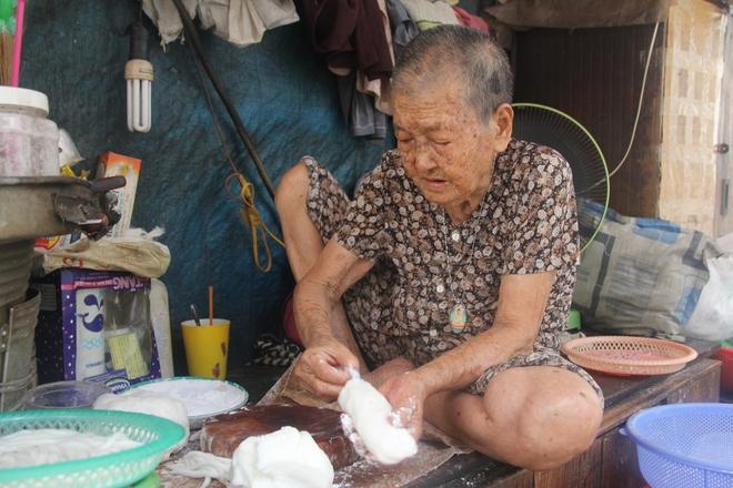 Không nhà cửa, mẹ già gần 100 tuổi tối ngủ ngoài vỉa hè, sáng làm bánh tằm bán kiếm tiền nuôi hai con bệnh tật - Ảnh 8.