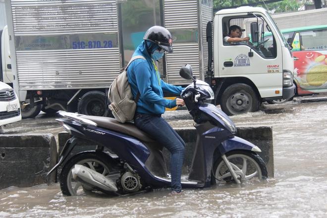 Mưa từ sáng sớm, người Sài Gòn bì bõm lội nước, chen chúc nhau đi làm - Ảnh 5.