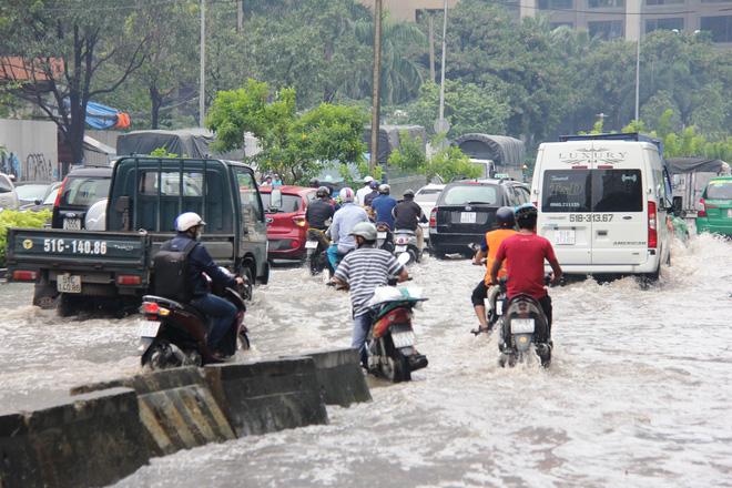 Mưa từ sáng sớm, người Sài Gòn bì bõm lội nước, chen chúc nhau đi làm - Ảnh 12.