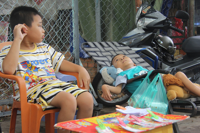 Mồ côi cha, đứa lớn bị bại não, đứa nhỏ đi không được, bám víu trên vai mẹ tật nguyền mưu sinh giữa Sài Gòn - Ảnh 6.