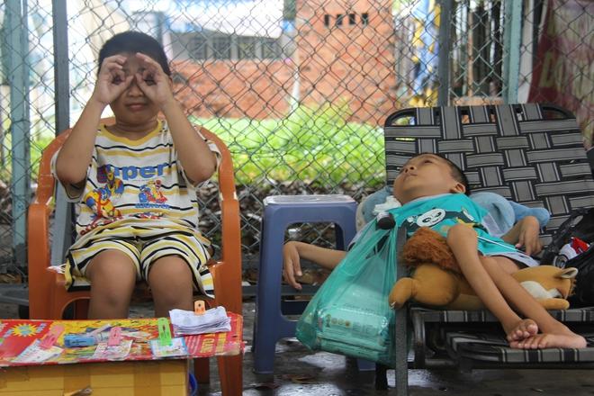 Mồ côi cha, đứa lớn bị bại não, đứa nhỏ đi không được, bám víu trên vai mẹ tật nguyền mưu sinh giữa Sài Gòn - Ảnh 3.