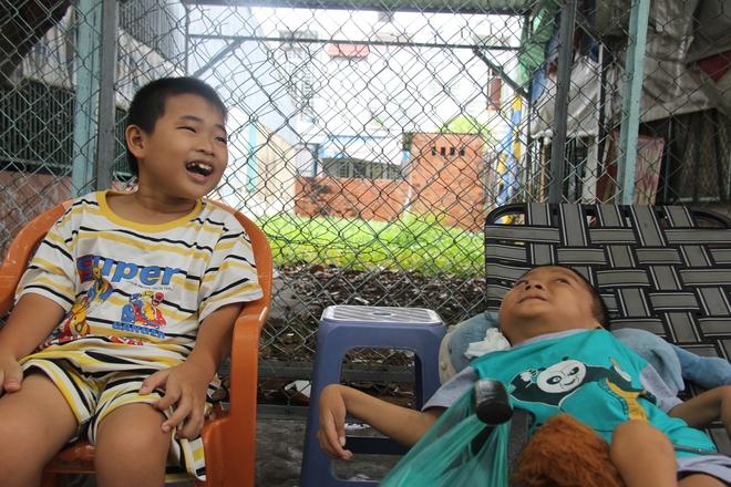 Mồ côi cha, đứa lớn bị bại não, đứa nhỏ đi không được, bám víu trên vai mẹ tật nguyền mưu sinh giữa Sài Gòn - Ảnh 8.