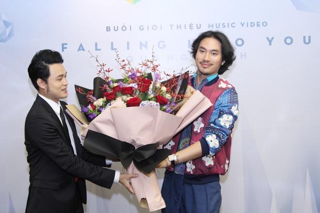 Bạn thân Lý Quí Khánh bất ngờ ôm hoa tới chúc mừng Quang Vinh  - Ảnh 2.
