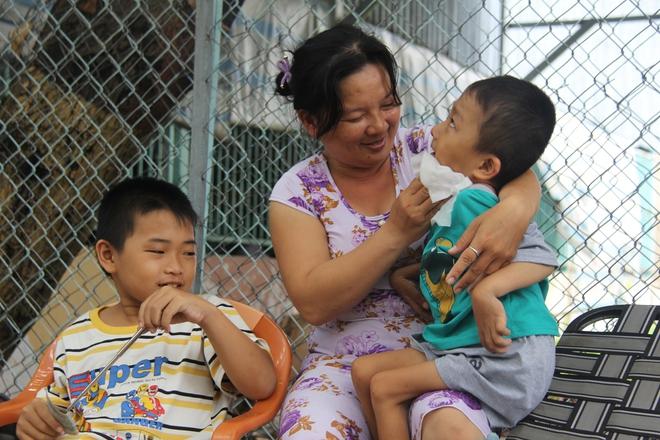 Mồ côi cha, đứa lớn bị bại não, đứa nhỏ đi không được, bám víu trên vai mẹ tật nguyền mưu sinh giữa Sài Gòn - Ảnh 2.