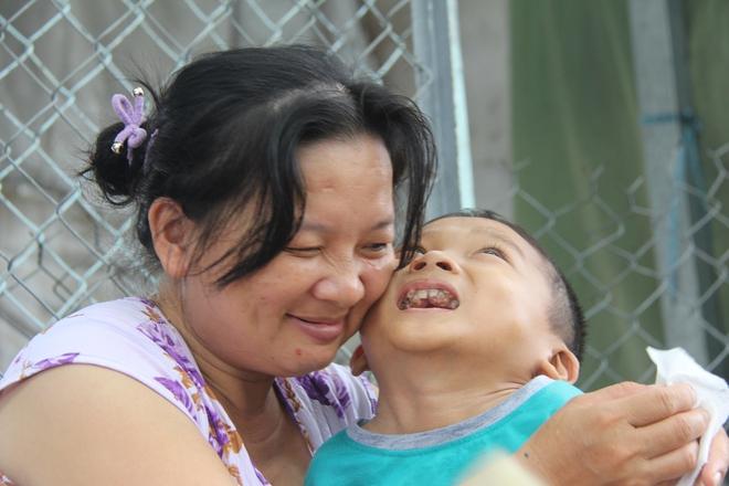 Mồ côi cha, đứa lớn bị bại não, đứa nhỏ đi không được, bám víu trên vai mẹ tật nguyền mưu sinh giữa Sài Gòn - Ảnh 11.