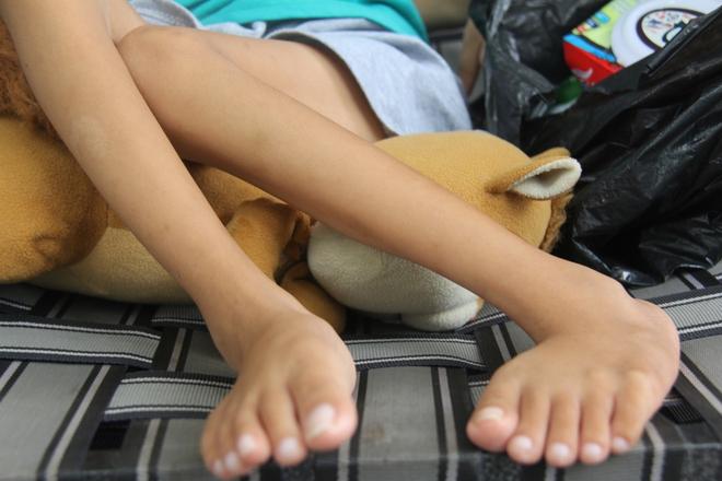 Mồ côi cha, đứa lớn bị bại não, đứa nhỏ đi không được, bám víu trên vai mẹ tật nguyền mưu sinh giữa Sài Gòn - Ảnh 15.