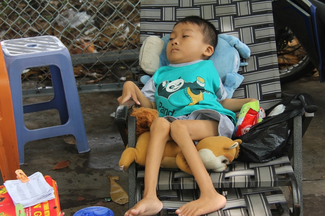 Mồ côi cha, đứa lớn bị bại não, đứa nhỏ đi không được, bám víu trên vai mẹ tật nguyền mưu sinh giữa Sài Gòn - Ảnh 4.