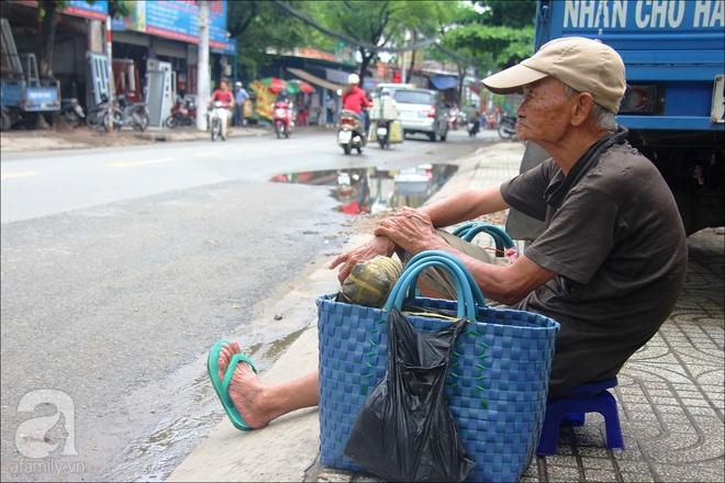 Tết Đoan Ngọ, nhà nhà sum vầy, cha già trăm tuổi vẫn đi bộ khắp Sài Gòn, bán bánh ú nuôi hai con gái - Ảnh 2.