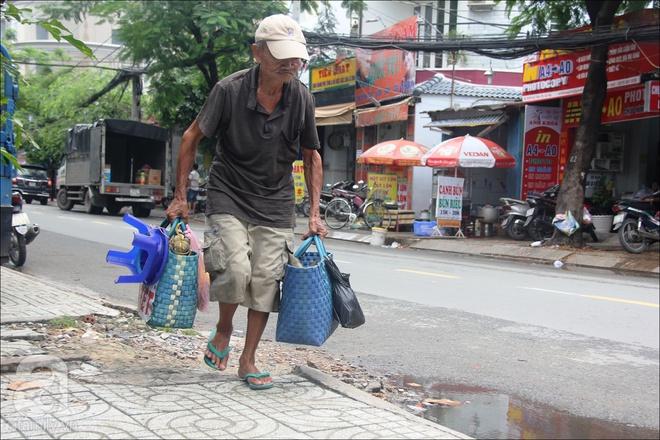Tết Đoan Ngọ, nhà nhà sum vầy, cha già trăm tuổi vẫn đi bộ khắp Sài Gòn, bán bánh ú nuôi hai con gái - Ảnh 1.