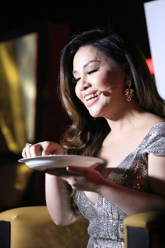 Chồng Minh Tuyết lặng lẽ cắt bánh cho vợ ăn trong hậu trường - Ảnh 1.