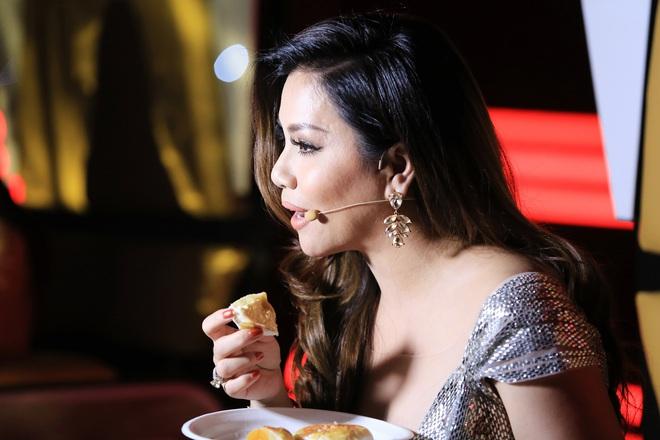 Chồng Minh Tuyết lặng lẽ cắt bánh cho vợ ăn trong hậu trường - Ảnh 2.