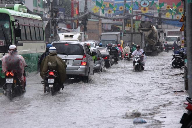 Mưa lớn, dông lốc khiến nhiều tuyến đường Sài Gòn ngập nặng - Ảnh 5.