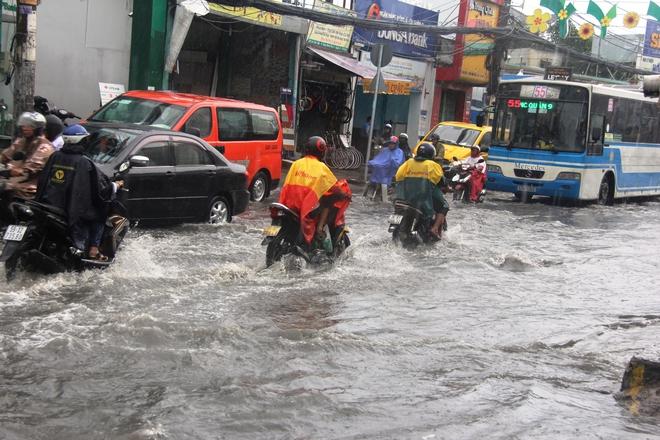 Mưa lớn, dông lốc khiến nhiều tuyến đường Sài Gòn ngập nặng - Ảnh 7.
