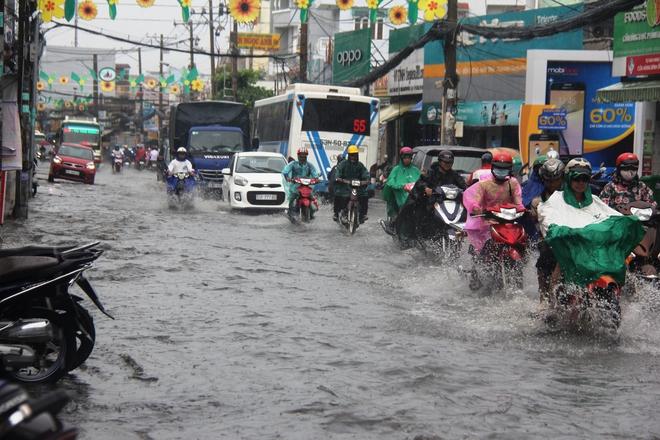 Mưa lớn, dông lốc khiến nhiều tuyến đường Sài Gòn ngập nặng - Ảnh 10.