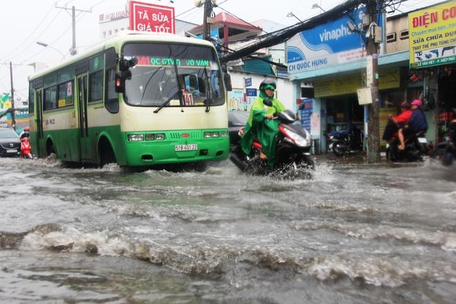 Mưa lớn, dông lốc khiến nhiều tuyến đường Sài Gòn ngập nặng - Ảnh 3.