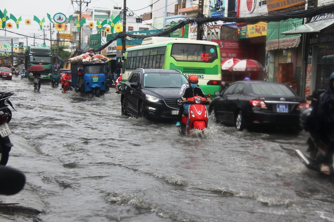 Mưa lớn, dông lốc khiến nhiều tuyến đường Sài Gòn ngập nặng - Ảnh 4.