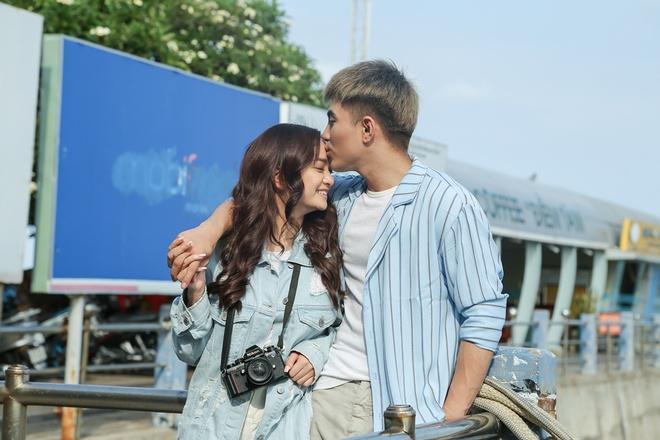 Cặp đôi Em chưa 18 ngọt ngào hôn nhau không ngừng - Ảnh 9.