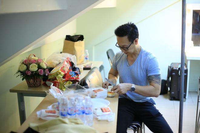 Chồng Minh Tuyết lặng lẽ cắt bánh cho vợ ăn trong hậu trường - Ảnh 3.