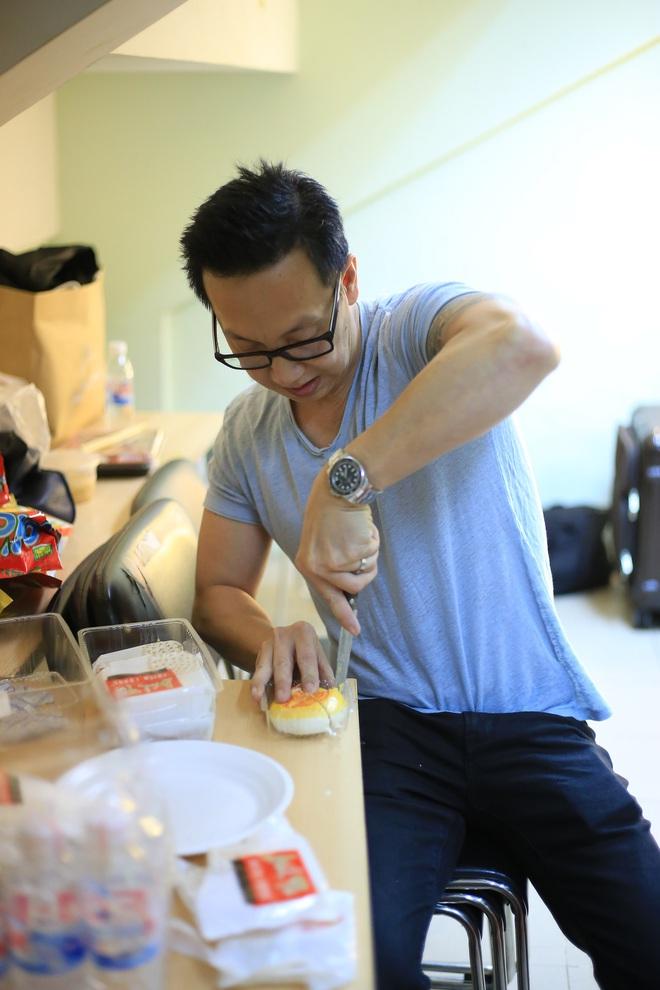 Chồng Minh Tuyết lặng lẽ cắt bánh cho vợ ăn trong hậu trường - Ảnh 4.