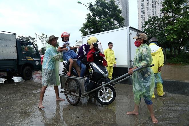 Hà Nội: Người dân kiếm hàng triệu đồng với dịch vụ giải cứu xe và người thoát khỏi nơi ngập úng. - Ảnh 8.