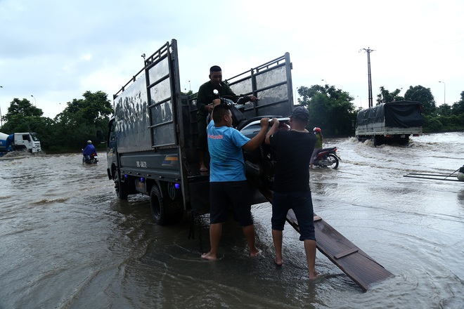 Hà Nội: Người dân kiếm hàng triệu đồng với dịch vụ giải cứu xe và người thoát khỏi nơi ngập úng. - Ảnh 4.