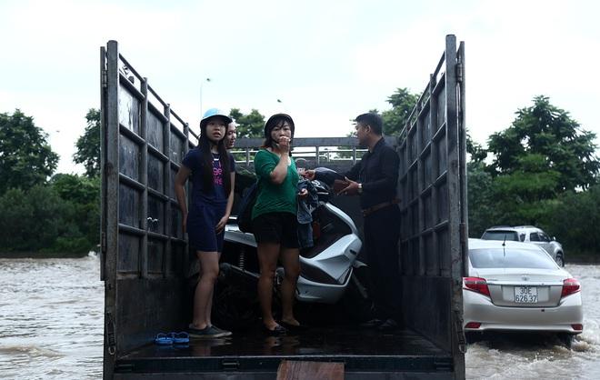 Hà Nội: Người dân kiếm hàng triệu đồng với dịch vụ giải cứu xe và người thoát khỏi nơi ngập úng. - Ảnh 5.