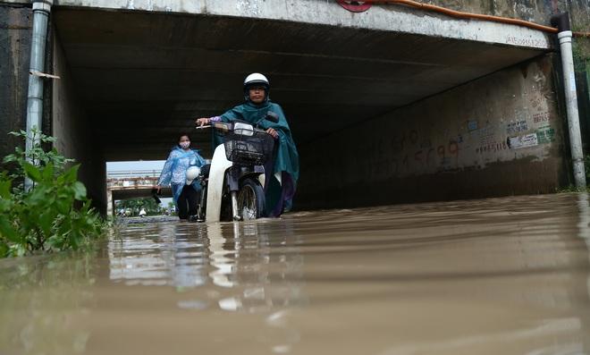 Hà Nội: Người dân kiếm hàng triệu đồng với dịch vụ giải cứu xe và người thoát khỏi nơi ngập úng. - Ảnh 1.