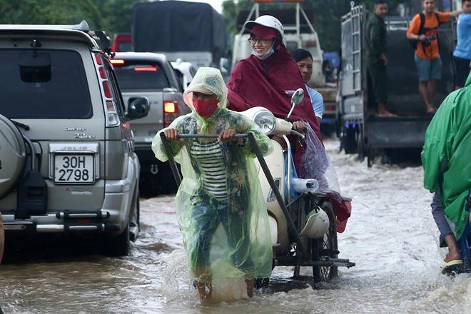 Hà Nội: Người dân kiếm hàng triệu đồng với dịch vụ giải cứu xe và người thoát khỏi nơi ngập úng. - Ảnh 9.
