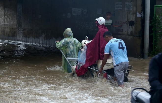 Hà Nội: Người dân kiếm hàng triệu đồng với dịch vụ giải cứu xe và người thoát khỏi nơi ngập úng. - Ảnh 6.
