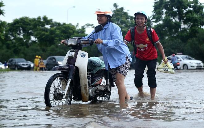 Hà Nội: Người dân kiếm hàng triệu đồng với dịch vụ giải cứu xe và người thoát khỏi nơi ngập úng. - Ảnh 2.